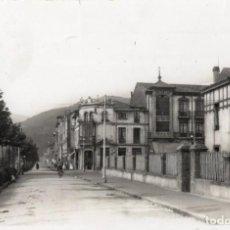 Postales: MIERES. 42 CALLES VALERIANO MIRANDA Y GUILHON. ARRIBAS. Lote 167952160