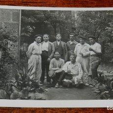 Postales: FOTO POSTAL DE OVIEDO, ASTURIAS, OBREROS QUE TRABAJARON EN LA TORRE VIEJA DE LA CATEDRAL DE OVIEDO, . Lote 173140214