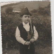 Postales: FOTOFRAFIA TAMAÑO POSTAL NIÑO GAITERO GAITA ASTURIAS AÑO 1954. Lote 178865285