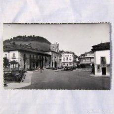 Postales: TARJETA POSTAL PRAVIA, ASTURIAS, PARQUE Y COLEGIATA, ED. ALARDE. Lote 185986846