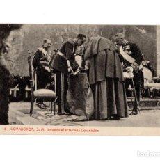 Postales: COVADONGA.(ASTURIAS).- S.M. FIRMANDO EL ACTA DE LA CORONACIÓN.. Lote 191009947