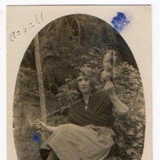 Postales: JOVEN EN TRAJE TRADICIONAL CAMPESINO FILANDO. ASTURIAS. ETNOGRAFÍA. 1921. Lote 194527807