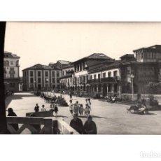 Postales: PRAVIA.(ASTURIAS).- PLAZA Y ROSALEDA DE SABINO MOUTAS.. Lote 195719608