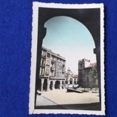 Postales: POSTAL DE AVILÉS. CALLE JOSÉ ANTONIO PRIMO DE RIVERA. AL FONDO AYUNTAMIENTO. Nº 8. CIRCULADA. Lote 204849687