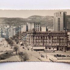 Postales: OVIEDO POSTAL NO.52, PASEO DE JOSÉ ANTONIO Y CALLE URIA, EDICIONES ALARDE (H.1950?) S/C. Lote 211889017
