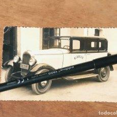 Cartes Postales: TARJETA POSTAL FOTOGRÁFICA DE UN TAXI MATRÍCULA DE OVIEDO O-6396. FOTO DIAZ LAKARABA. GIJÓN. 1943. Lote 214811195