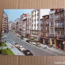 Postales: POSTAL DE ASTURIAS. AÑO 1961. OVIEDO CALLE ARGÜELLES 2006 ARRIBAS. COCHES SEAT 600. Lote 221935945