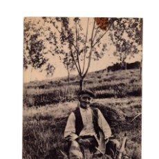 Postales: OVIEDO.(ASTURIAS).- MANOLIN EL COXU - CABRUÑANDO LA GUADAÑA.. Lote 236086175