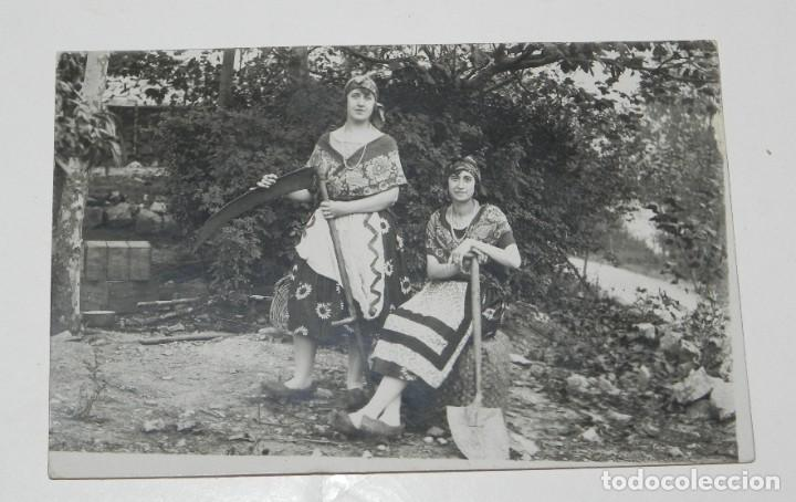 FOTO POSTAL DE MUJERES CON MADROÑAS Y GUADAÑA, ASTURIAS O GALICIA, ETNOGRAFICA, NO CIRCULADA. (Postales - España - Asturias Antigua (hasta 1.939))