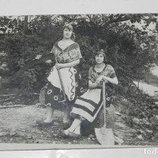 Postales: FOTO POSTAL DE MUJERES CON MADROÑAS Y GUADAÑA, ASTURIAS O GALICIA, ETNOGRAFICA, NO CIRCULADA.. Lote 243240315
