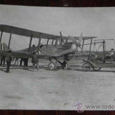 Postales: ANTIGUA FOTOGRAFIA DE AVION EN UN AEROPUERTO ESPAÑOL, AÑOS 20 - 30, TAMAÑO POSTAL, ORIGINAL, SIN CIR. Lote 38420109
