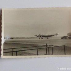 Postales: FOTOGRAFIA ANTIGUA DE LOS AÑOS 50 DE AVION DEL AEROPUERTO DE FRANKFURT (ALEMANIA).. Lote 67089765