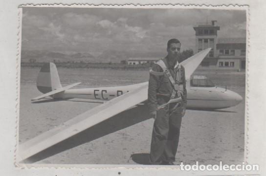 FOTOGRAFÍA 12 X 8,50 CM AERODROMO DE VILLAFRÍA BURGOS. PILOTO POSANDO CON AVION. (Postales - Postales Temáticas - Aeroplanos, Zeppelines y Globos)