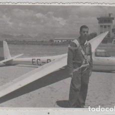 Postales: FOTOGRAFÍA 12 X 8,50 CM AERODROMO DE VILLAFRÍA BURGOS. PILOTO POSANDO CON AVION. . Lote 114607563