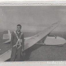 Postales: FOTOGRAFÍA 12 X 8 CM PILOTO POSANDO CON SU AVIONETA . AERODROMO DE VILLAFRÍA BURGOS.. Lote 114608383