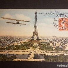Postales: POSTAL AVIACION BIPLANO JUNTO A LA TORRE EIFFEL. Lote 140592810