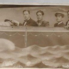 Postales: FOTO EN TARJETA POSTAL, DE JULIO DE 1922 EN BARCELONA, SIMULANDO VUELO EN AEROPLANO.. Lote 218133645
