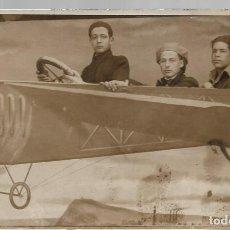 Postales: FOTO EN TARJETA POSTAL, DE JULIO DE 1922, SIMULANDO VUELO EN AEROPLANO.. Lote 218133836