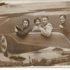 Postales: POSTAL DE ESTUDIO CON UN AVION. AÑO 1929. Lote 224362600