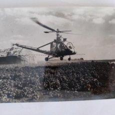 Postales: ANTIGUA FOTOGRAFIA HELICOPTERO CONTRA PLAGAS DEL CAMPO NORFOLK INGLATERRA FOTO GIL ESPINAR 1957 RV. Lote 293918218