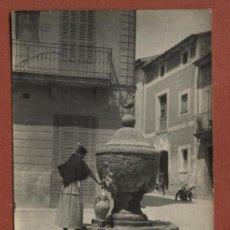 Postales: POLLENSA, MALLORCA. ALDEANA LLENANDO UN CÁNTARO EN LA FUENTE. JOSÉ TRUYOL Nº 90. FOTOGRÁFICA. Lote 25652582