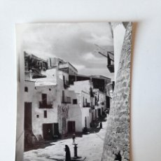 Postales: TARJETA POSTAL CIRCULADA AÑOS 60. UN RINCON DE LA PLAÇA DE VILA, IBIZA. Lote 86707944
