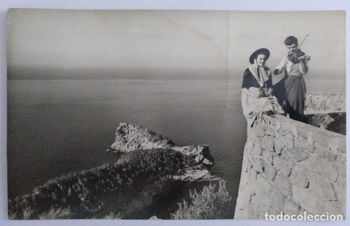 MALLORCA 8BALEARES) DEYA PAREJA TIPICA Y LA FORADADA FOTO CASA PLANAS CIRCULADA 1960 (Postales - España - Baleares Moderna (desde 1.940))