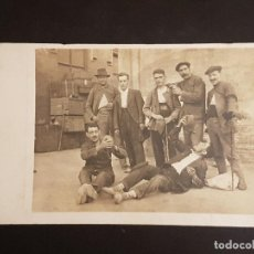 Postales: ANDRATX MALLORCA GRUPO DE HOMBRES CON BOTAS DE VINO FOTOGRAFICA AÑOS 20. Lote 140658954