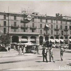 Postales: POSTAL PALMA MERCADO EN LA PLAZA MAYOR PUBLICIDAD AIR FRANCE COCHES ANTIGUOS ANIMADA MALLORCA 1957. Lote 159423314
