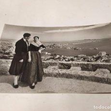 Postales: MALLORCA - POSTAL PALMA - PAREJA MALLORQUINA - AL FONDO VISTA GENERAL DESDE BELLVER. Lote 222812956