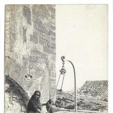 Postales: POSTAL FOTOGRAFICA VIEJA MALLORQUINA POLLENSA SACANDO AGUA POZO ISLAS BALEARES. Lote 259875885