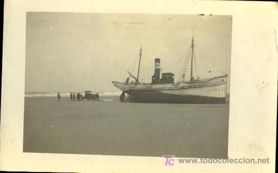 TARJETA POSTAL FOTOGRAFICA DE BARCO DE PESCA VARADO EN LA ARENA (Postales - Postales Temáticas - Barcos)