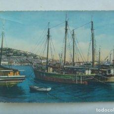 Postales: POSTAL DE UNOS BARCOS VELEROS EN PUERTO, COLOREADA AÑOS 50 . ESCRITA EN SEVILLA EN 1960. Lote 222547826