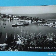 Postales: POSTAL FOTOGRÁFICA. BARCO ENTRANDO EN EL PUERTO DE ISCHIA. ITALIA. Lote 256124530