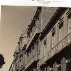 Postales: FOTOGRAFIA ORIGINAL 13,6 X 10,7 CM TENERIFE. SANTA CRUZ. UNA CALLE.. Lote 29513307