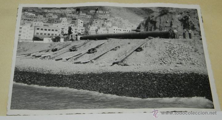 FOTOGRAFIA DE TUBO PREPARADO PARA LA BOTADURA, OBRAS DEL MUELLE DUQUE DE ALBA, REFINERIA CEPSA, SANT (Postales - España - Canarias Antigua (hasta 1939))