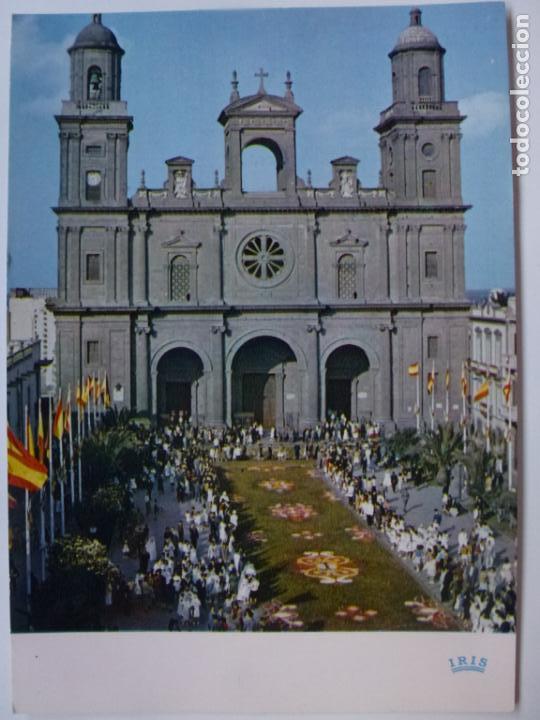 POSTAL. LAS PALMAS DE GRAN CANARIA. LA CATEDRAL Y LAS ALFOMBRAS DEL CORPUS CHRISTI. ED. IRIS. (Postales - España - Canarias Moderna (desde 1940))