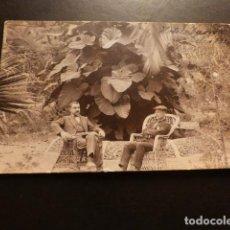 Postales: PUERTO DE LA CRUZ TENERIFE JARDINES DEL HOTEL TAORO HOMBRES SENTADOS POSTAL FOTOGRAFICA. Lote 164999574
