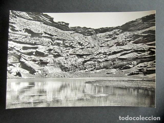 POSTAL LANZAROTE. LAGUNA SOBRE EL CRÁTER DE UN VOLCÁN, EN EL GOLFO. FOTO GABRIEL FERNANDEZ. (Postales - España - Canarias Moderna (desde 1940))