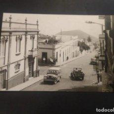 Postales: FOTOGRAFÍA TAMAÑO POSTAL. GÜÍMAR. TENERIFE. UNA CALLE. FOTO GARCÍA. CIRCULADA. AMBULANTE. Lote 226805615