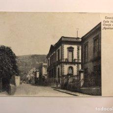 Postales: TENERIFE. POSTAL NO.2, CALLE VIERA Y CLAVIJO CON EL AYUNTAMIENTO. EDIC. HUGH.. (H.1920?) S/C. Lote 243086265
