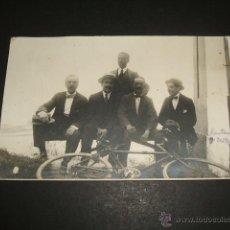 Postales: SANTANDER GRUPO DE AFICIONADOS AL CICLISMO CON BICICLETA POSTAL FOTOGRAFICA 1916. Lote 49712836
