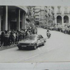 Postales: FOTOGRAFIA DE TORRELAVEGA (CANTABRIA) CICLISMO, VUELTA A ESPAÑA, AÑOS 80, UNA CALLE DE BURGOS, MIDE. Lote 57963777