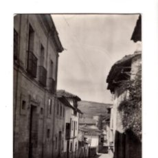 Postales: SANTILLANA DEL MAR (CANTABRIA) .- UNA CALLE. FOTOGRAFICA. Lote 132038154