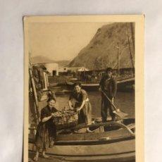 Postales: LAREDO (SANTANDER) POSTAL ANIMADA. DESCARGANDO LA PESCA. EDITA: FOTO AUFER (H.1960?). Lote 156005314