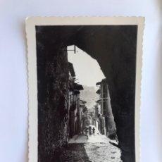 Postales: LAREDO (CANTABRIA) POSTAL NO.25, CALLE TIPICA. EDITA: ED. ARRIBAS (H.1950?) CIRCULADA... Lote 173954527