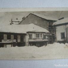 Postales: POSTAL DEPORTES EBRO. REINOSA CALLE CAÑÓN 1953 FRENTE DE JUVENTUDES Y HOTEL VALENCIAGA. NO USADA.. Lote 179147010