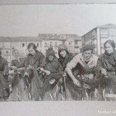 Postales: CASTRO URDIALES. DESMALLANDO LA ANCHOA. Lote 199501436