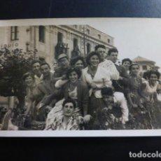 Postales: LAREDO CANTABRIA BATALLA DE FLORES GRUPO EN CARROZA AUFER FOTOGRAFO 1956 TAMAÑO POSTAL. Lote 235878215