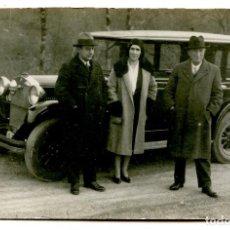 Postales: SANTANDER, AUTOMÓVIL MATRÍCULA DE SANTANDER S-3935 Y TRES PERSONAS. POSTAL FOTOGRÁFICA CIRCA 1930. Lote 245352345